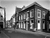 foto van Hoekhuis, waarvan de eenvoudige lijstgevels voorzien zijn van vensters in Naamse steen.