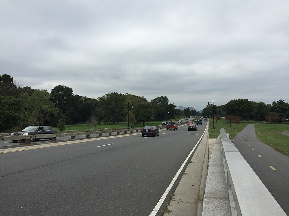 2016-10-06 14 17 57 View north along the George Washington Memorial Parkway just after crossing Boundary Channel onto Columbia Island in Washington, D.C.