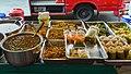 2016 Bangkok, Dystrykt Phra Nakhon, Ulica Chakrabongse, Uliczne jedzenie (01).jpg