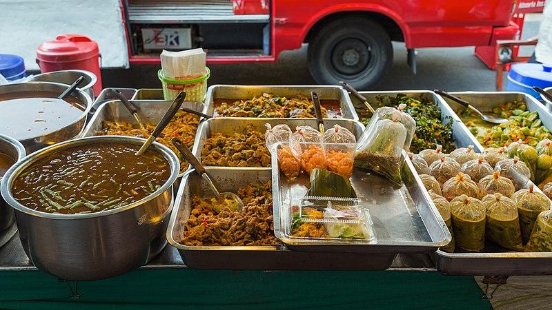File:2016 Bangkok, Dystrykt Phra Nakhon, Ulica Chakrabongse, Uliczne jedzenie (01).jpg
