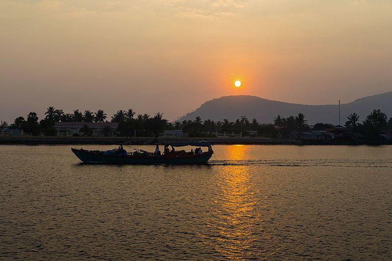 File:2016 Kampot, Zachód słońca nad rzeką Praek Tuek Chhu (20).jpg