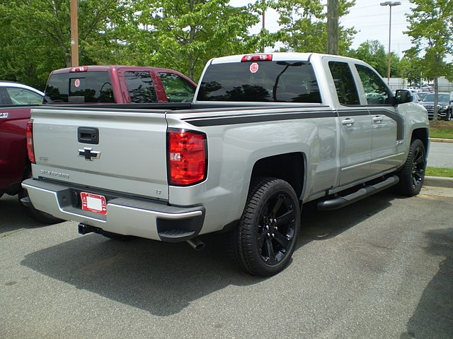 https://upload.wikimedia.org/wikipedia/commons/thumb/0/0f/2017_silverado_1500_4wd_double_cab_standard_box_lt_z71_rally_2_edition_%28reverse%29.jpg/640px-2017_silverado_1500_4wd_double_cab_standard_box_lt_z71_rally_2_edition_%28reverse%29.jpg