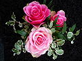3 Rosen als Grabschmuck.JPG