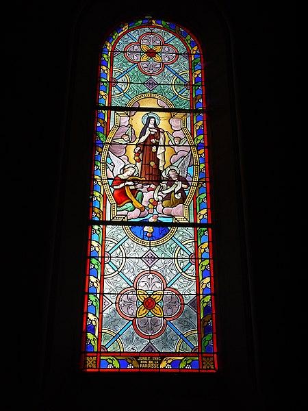 Vitrail représentant sainte Thérèse de Lisieux.