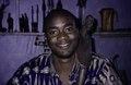 ASC Leiden - van Achterberg Collection - 5 - 014 - Un homme souriant montre comment porter un tabouret en bois sur son épaule - Bobo-Dioulasso, Burkina Faso, 19-26 août 2001.tif