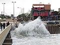 Agua golpeando el murallón en la playa de Miramar 2.jpg