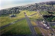 Vliegveld (Paraparaumu airport in Nieuw-Zeeland; lengte landingsbaan 4400 ft (1341 m)