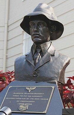 Alberto Santos-Dumont bust -near Brazilian Embassy, Washington, D.C., USA-26Aug2006.jpg