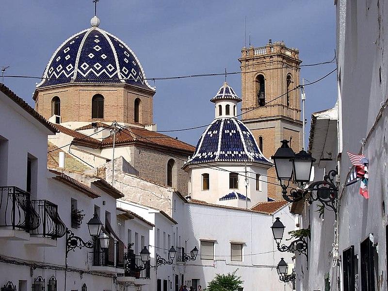 Calle del casco antiguo de Altea, con la iglesia de Nuestra Señora del Consuelo al fondo.