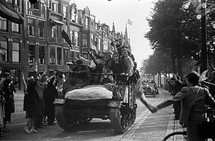 People celebrating the liberation of Hague on 8 May 1945 BC856 HUI-1699.jpg