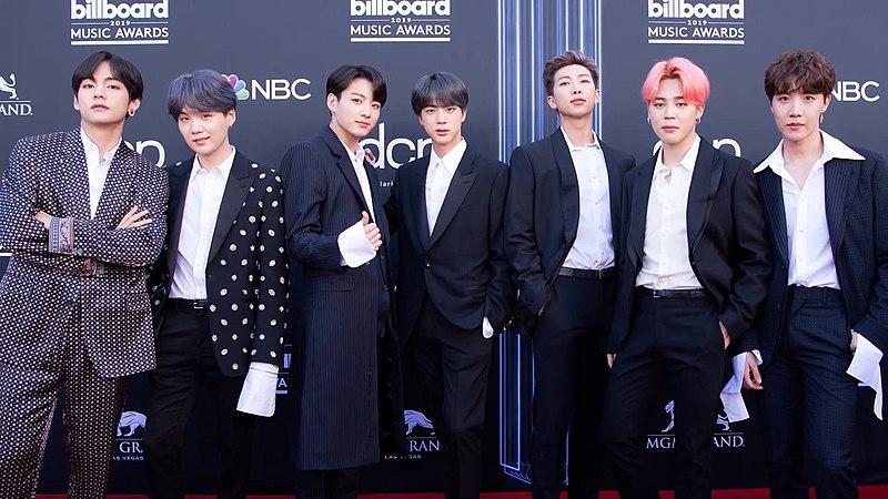 Ficheiro:BTS on the Billboard Music Awards red carpet, 1 May 2019.jpg