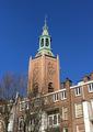 Blik op de Haagse Toren vanuit het voorplein van Amicitia aan het Westeinde (2018).png