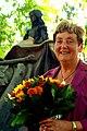 Blumen für Gitta Kirchhefer zum Dank für die von ihr initiierte Sanierung des denkmalgeschützten Grabmals von Oberhofmarschall Ernst von Malortie.jpg
