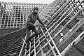 Bouwvakker aan het werk bij een hoop stenen, Bestanddeelnr 931-2872.jpg
