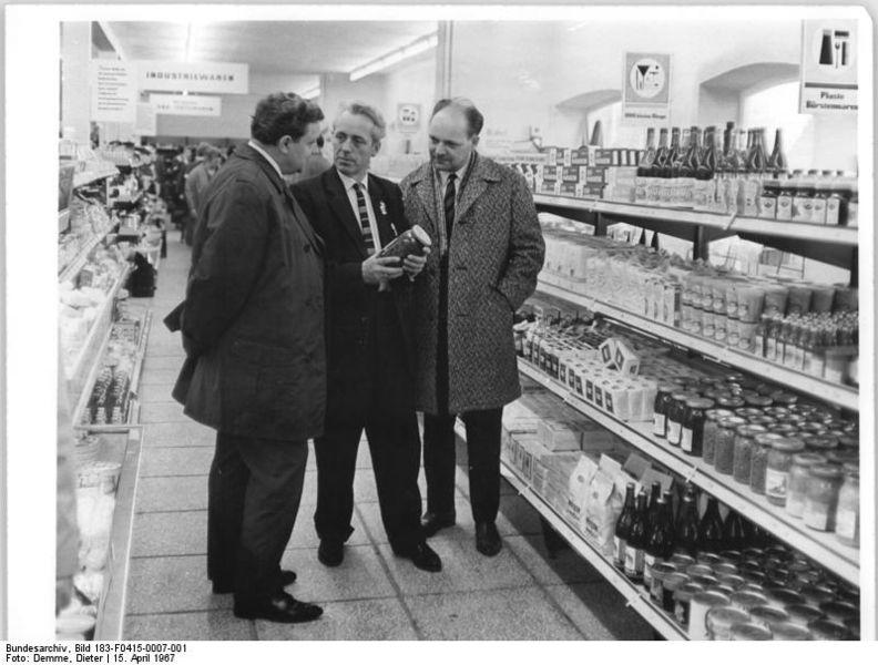 File:Bundesarchiv Bild 183-F0415-0007-001, Berlstedt, Besichtigung des Einkaufszentrum.jpg