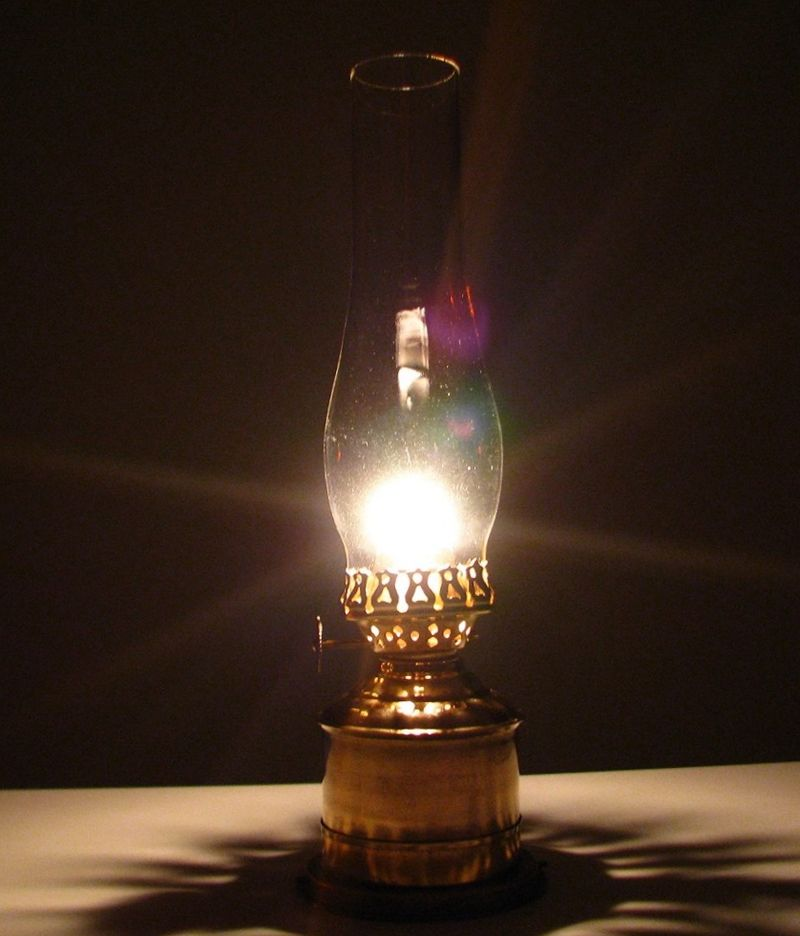 https://upload.wikimedia.org/wikipedia/commons/thumb/0/0f/Burning_oil_lamp.jpg/800px-Burning_oil_lamp.jpg