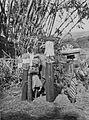 COLLECTIE TROPENMUSEUM Balinese vrouw en kinderen met offergaven op weg naar de heilige bron Gajah in Kapal TMnr 60042719.jpg