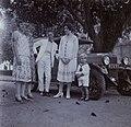 COLLECTIE TROPENMUSEUM Europeanen bij een auto van het merk Fiat TMnr 60053735.jpg