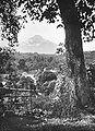COLLECTIE TROPENMUSEUM Gezicht vanaf de Wenang-heuvel in Menado op de vulkaan Klabat TMnr 60018624.jpg