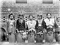 COLLECTIE TROPENMUSEUM Minangkabausche vrouwen uit Solok in adatkostuum West-Sumatra TMnr 10002792.jpg