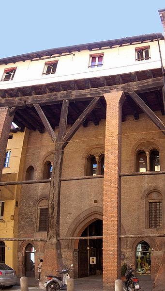Casa Isolani à Bologne, le plus vieux portique en bois date du 13e siècle. Photo de Georges Jansoone.