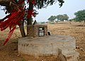 Citerne-autel dans le désert du Thar (Rajasthan).jpg