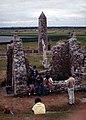 Clonmacnoise-16-Kapelle-Rundturm-Leute-1989-gje.jpg