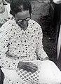 Collectie NMvWereldculturen, TM-10028905, glasnegatief 'Een kantwerkster op Saba', fotograaf niet bekend, 1940.jpg