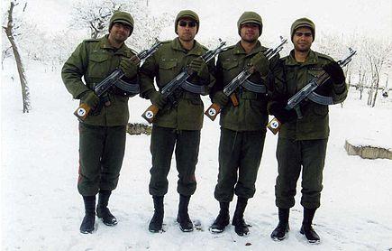 https://upload.wikimedia.org/wikipedia/commons/thumb/0/0f/Conscription_in_Iran_2.jpg/435px-Conscription_in_Iran_2.jpg