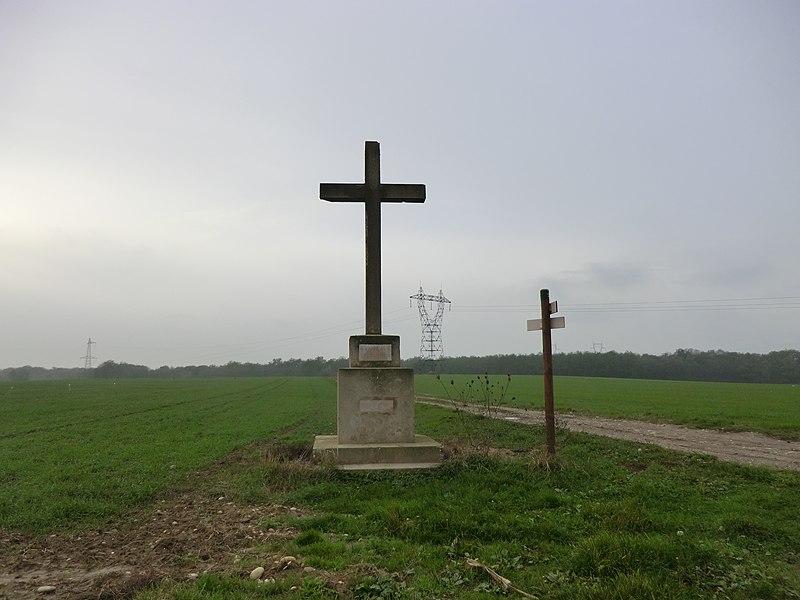 """Croix Martel à Pizay érigée sur les terres d'Antoine Martel en 1695. Refaite à neuf en 1943 en béton armé par la famille Beaufort. Inscription: """"O CRUX AVE SES UNICA"""" (Salut à la croix, notre unique espérance)."""
