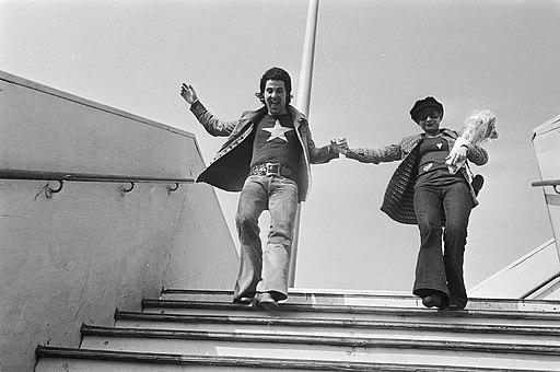 David-Alexandre Winter en Seda Aznavour lopen een trap af, Bestanddeelnr 924-4059