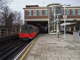 East Finchley stn northbound through platform look north