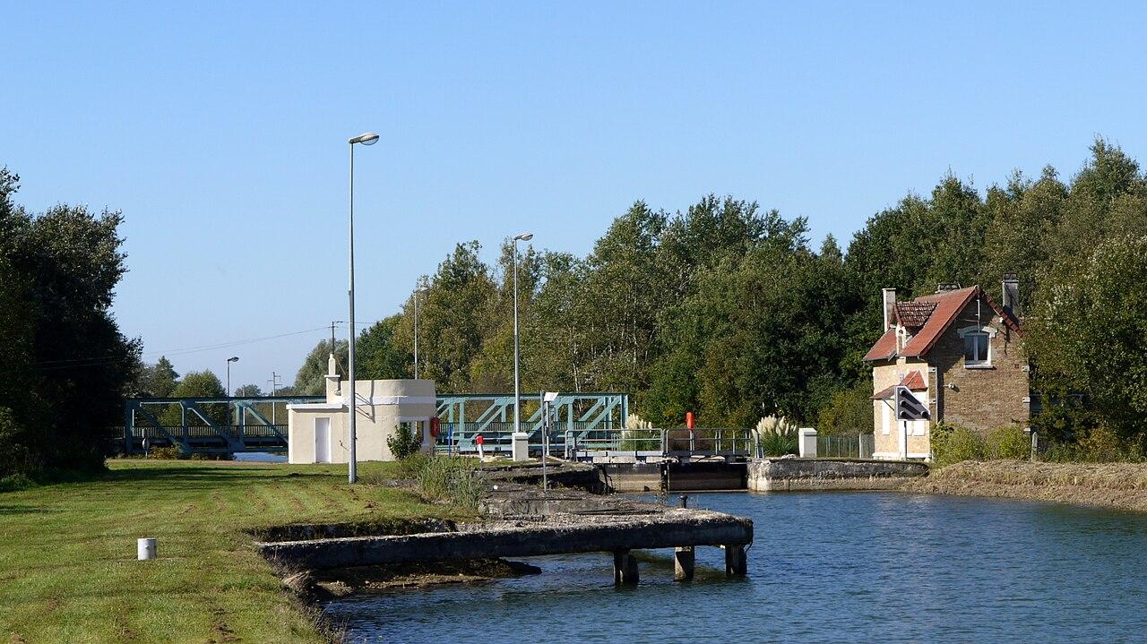 Fichier ecluse sur le canal de l 39 oise l 39 aisne p1070783 for Le jardin neufchatel sur aisne