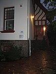 Eingang vom Jens-Jessen-Haus mit Gedenktafel links an der Mauer zur Nacht (Flensburg 2014-09-30), Bild 01.jpg