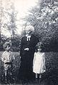 Elisabeth Grahl mit ihren Ururenkeln Alfred und Lissy Sohn-Rethel 1902.jpg