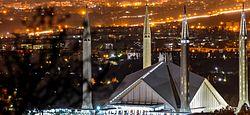 Faisal Mosque proksime supren (altranĉita).jpg