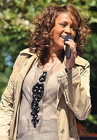 Whitney Houston cântând la Good Morning America în Central Park la 1 septembrie 2009.