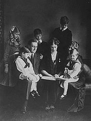 FranklinD and Eleanor Roosevelt with children 1919.jpg