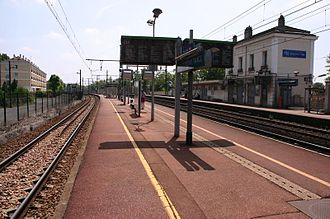 RER D - Villeneuve - Triage station, on June 2007. On the left, track 2M towards Paris, on the right track 1B towards Villeneuve-Saint-Georges, and next to it, track 2B towards Paris.