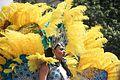 Gele veren op hoofd van koningin zomercarnaval Rotterdam.jpg