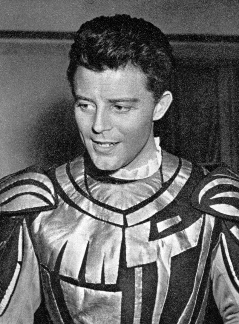 L'acteur français Gérard Philipe portant le costume de Don Rodrigue dans Le Cid de Pierre Corneille, lors de sa visite à Varsovie en 1954 | Source : Wikimedia.