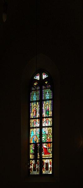 File:Grinzinger Pfarrkirche Glasfenster II.jpg
