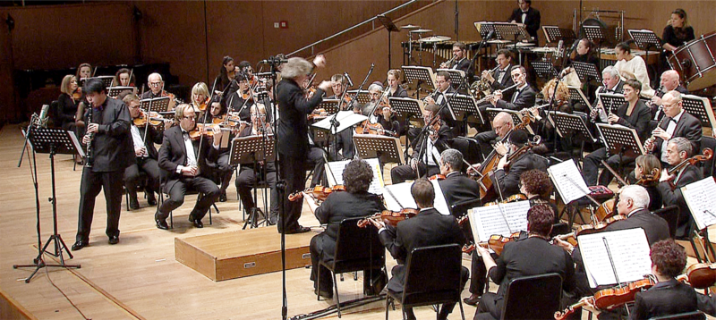 File:HE XUNTIAN Sunyata Dance, Clarinetist He Yemo and The Israel Symphony Orchestra in 2014.png