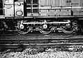 HUA-151548-Afbeelding van het loopwerk van de diesel-electrische rangeerlocomotief nr. 643 (serie 600) van de N.S. op het emplacement te Zutphen.jpg
