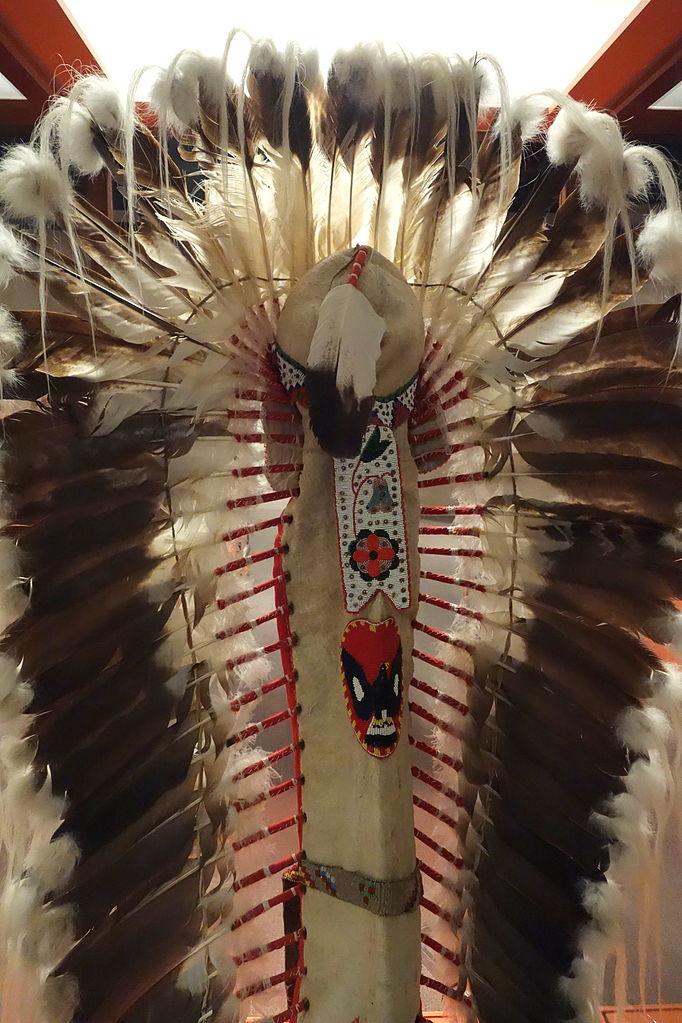 File:Headdress owned by Sitting Eagle (John Hunter ...
