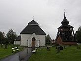 Fil:Hede kyrka med klockstapel.JPG
