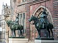 Herolde am Ostportal des Bremer Rathauses (2007).jpg