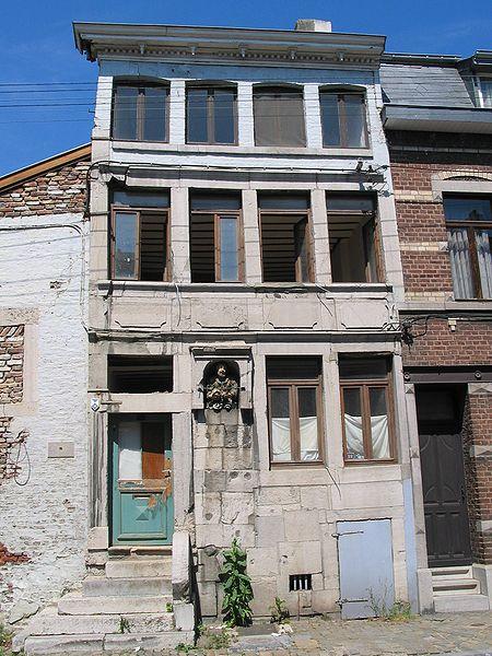 """Herve (Belgique), rue Jardon n° 88 - Habitation régionale typique à perron et potale encastrée dédiée au Christ, très connue sous l'appelation locale de  """"Maison du Père Éternel"""" (1737)."""