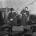 Het inpakken van de instrumenten voor het concertgebouworkest, Bestanddeelnr 901-4263.jpg