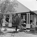 Huis Goenoeng Satie, of Sentiong, voorgalerij - 20653011 - RCE.jpg